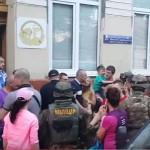 Вооруженные люди в камуфляжах задержали в центре Черновцов 5 человек