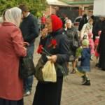 Верующие с георгиевскими ленточками на груди собрались у церкви в Черновцах