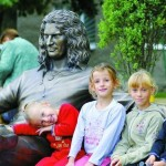 «На скамеечке с нашим Андрюшей фотографируются дети»
