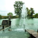 Из-под земли бьет фонтан минеральной воды