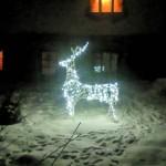 А в зимнем дворе – сияющий олень…